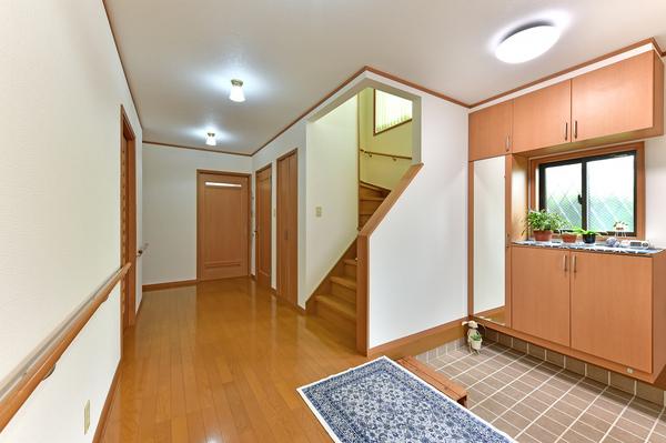 ゆとりのある明るい玄関スペース