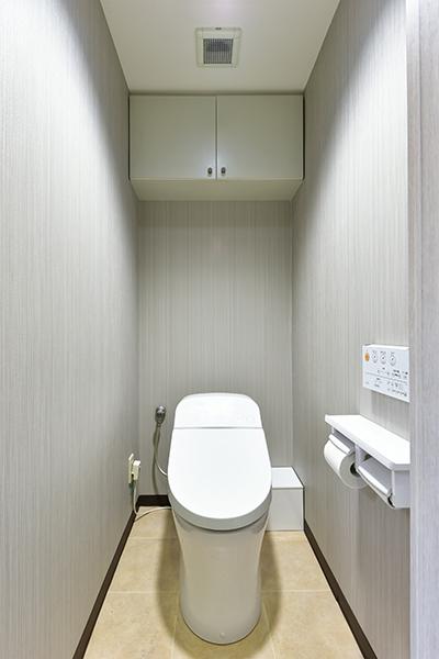 トイレ つり戸棚があり収納もしやすいです!