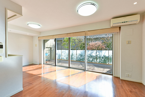 LD/隣のフロントコート(棟)と約12m離れているので光を遮らず1階でもとても明るいです。