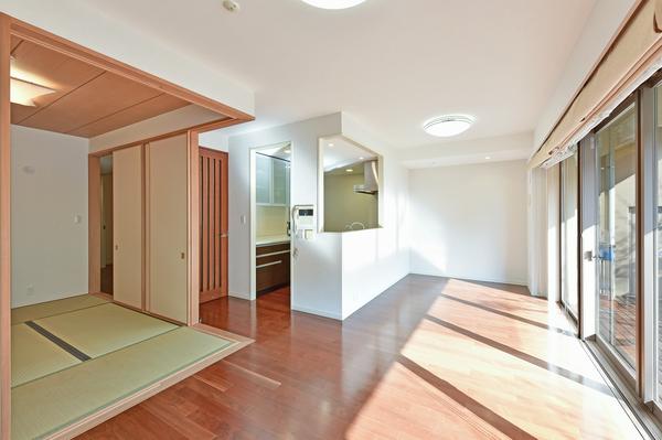 リビングダイニング/和室をオープンすればLDK+和室で約22.1帖と広々。
