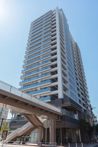 京急線「仲木戸」駅・JR京浜東北線「東神奈川」駅へはマンション2階からペデストリアンデッキで直結