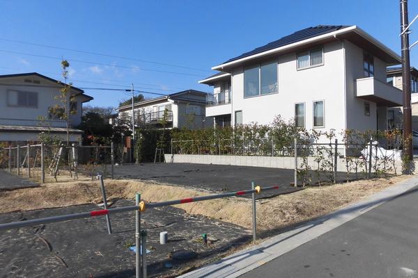 【現地】東・西 二方接道(東側道路から撮影) / 敷地面積:170.02㎡(約51.43坪)