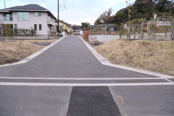 南側道路から中央を通る新設道路を撮影