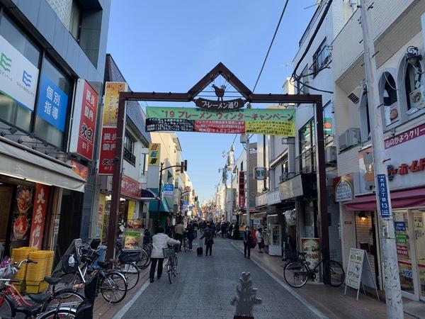 元住吉駅前から続くブレーメン通り商店街には飲食店・スーパー・薬局などがあります