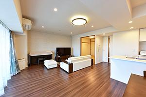 LDK バルコニー側から撮影② リビングにはエコカラットを使用、TES式床暖房