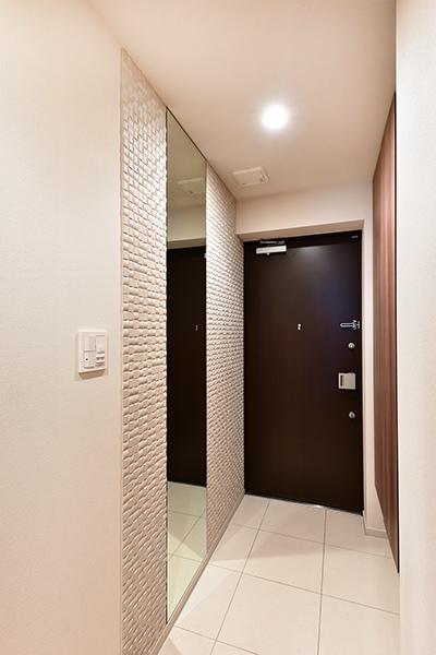 エコカラット、鏡が後付けで設置されており、高級感があります。お出かけ前の身だしなみ確認も容易です。