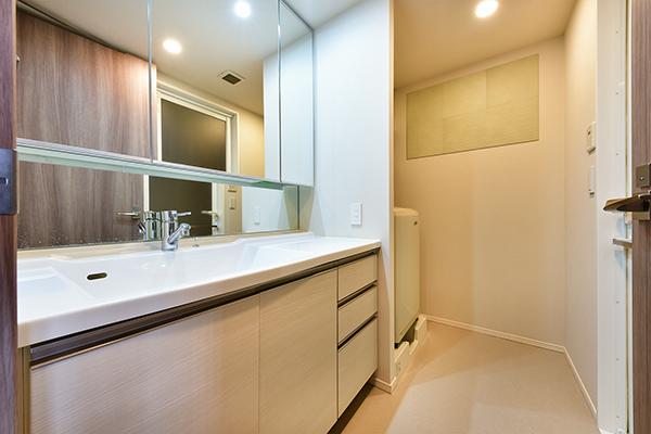 洗面化粧台、シャワー付き水栓 手入れがし易く、三面鏡につき収納も豊富です。