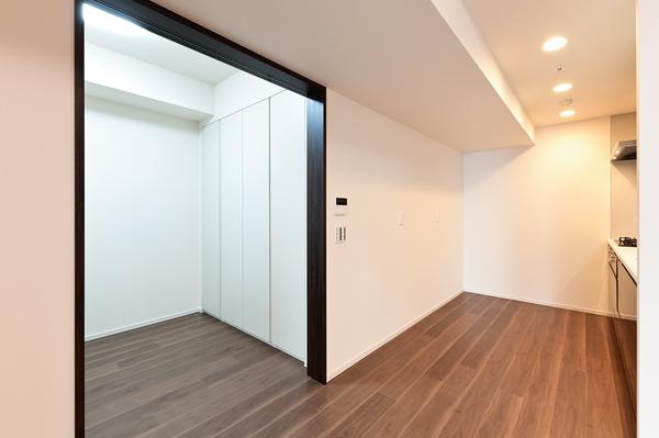 快適な在宅スペース DEN部分 約2.7帖(収納スペース、LAN配線コンセント、エアコン配管設置済)
