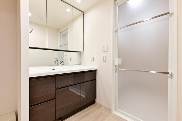 ☆三面鏡 裏収納があるため、収納もコンパクトに♪また、新築未入居のため水回りは大変綺麗です♪