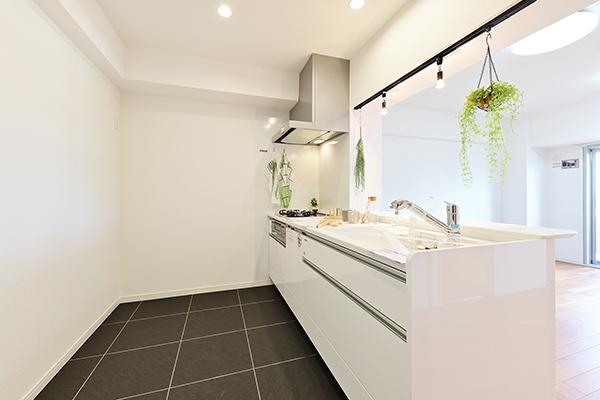 対面式キッチンにつき、お部屋を見渡すことができます。