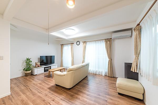 リビング・ダイニング ◆床暖房完備の明るい室内