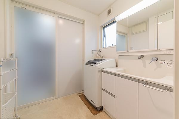 洗面室 ◆清潔感のある洗面室。リネン庫もございます。