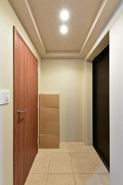 玄関(左側のドアはシューズインクローク)