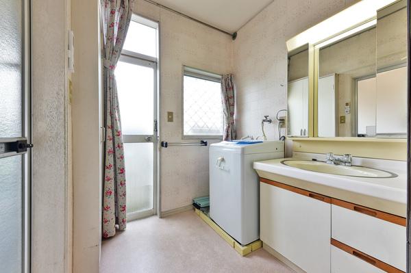 【キッチン】出窓があり、明るく使いやすいキッチンです。