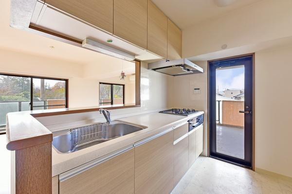 キッチン 約3帖 使いやすい対面キッチンです。バルコニーに続く扉があり、明るいです。