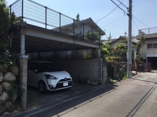 間口約5.5m、奥行約10.6mの駐車場があります。