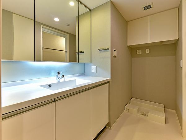 ボウル一体型で、スタイリッシュなデザインの洗面化粧台