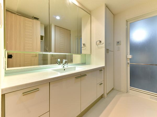 人造大理石を採用した洗面ボウルはお手入れも簡単!収納スペースもたっぷりあり、ゆとりの洗面スペース!