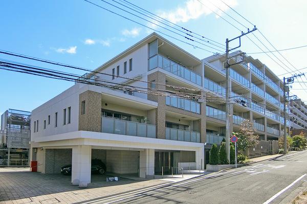 東急田園都市線「江田」駅より徒歩9分!美しい並木道が続く、緑豊かで閑静な住宅街。