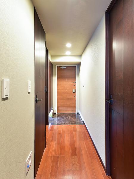 玄関ドアにはリバーシブルシリンダーキーを採用、上下に施錠できるダブルロック式で安心のセキュリティ!