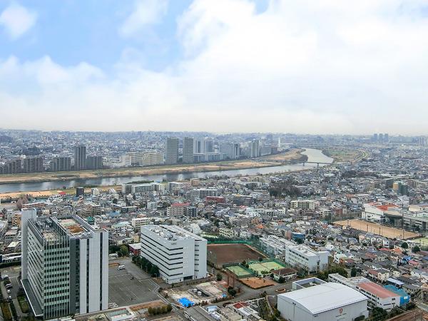 東向き住戸につき、晴れた日には多摩川から東京湾までを望め、船舶や飛行機も見ることができます。