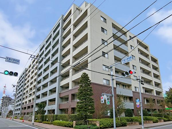 千鳥町駅より徒歩2分!四方を広い道路に囲まれており、住戸部分は採光・通風に優れております!