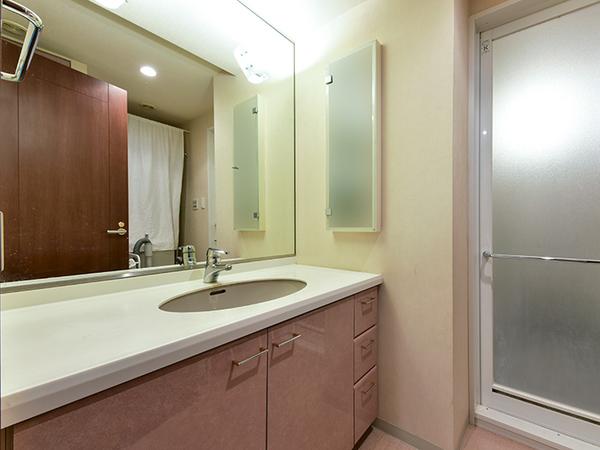 リネン庫や引き出しなど収納スペースが多く、散らかりやすい洗面台周りもすっきりと収納できます。