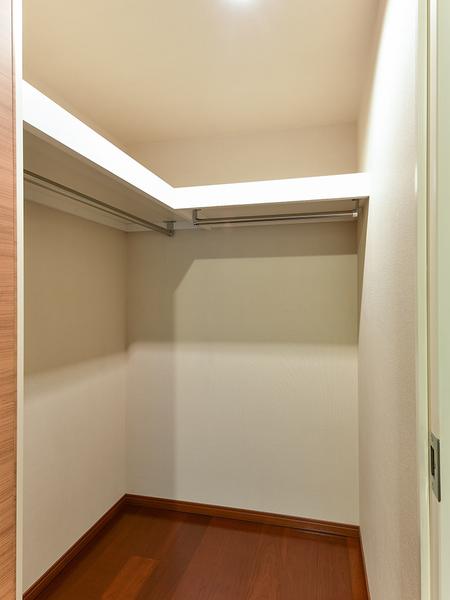 主寝室のウォークインクローゼットには、趣味の道具などもしっかりと収納できます!