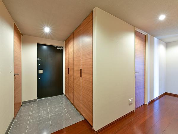 玄関床は上質感の漂う人造大理石貼り!人感センサー付玄関照明を設置。