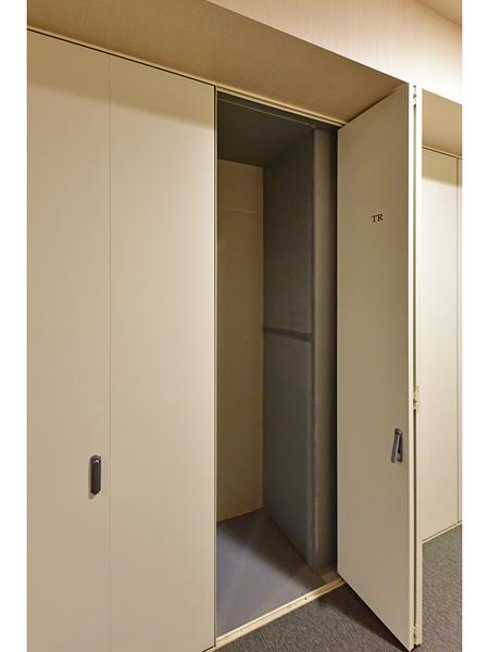 共用廊下に便利なトランクルームを設置!ゴルフバックなどの収納に便利です。