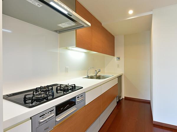 約3.7帖のキッチン。ディスポーザーや浄水器、サイレントワイドシンクなど充実の設備!収納豊富!