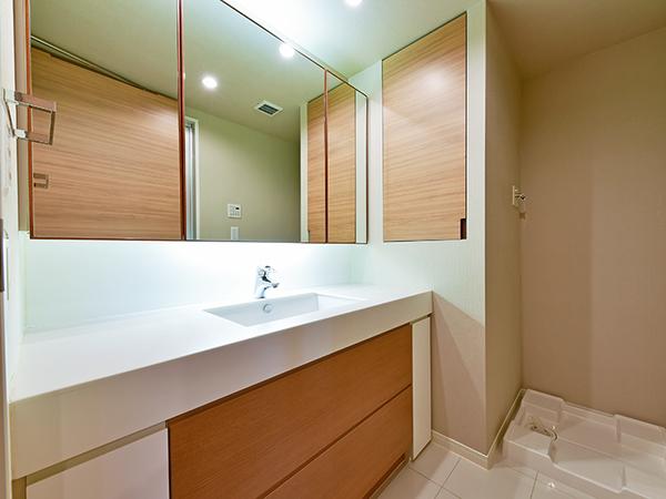 三面鏡の裏に収納スペースを設置。豊富な収納力で化粧品や小物類がすっきりと片付きます。