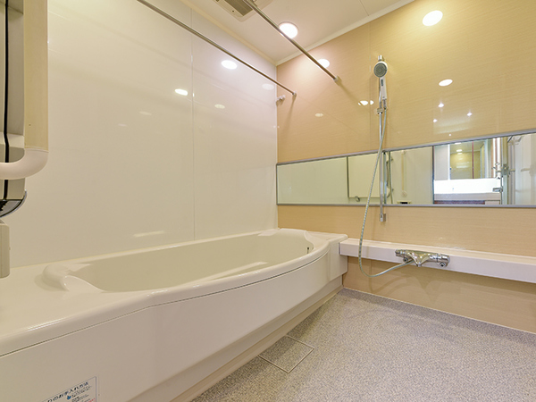 TES浴室暖房乾燥機付きフルオートバスには、スライド式シャワーバーやカラリ床、低床浴槽を採用!