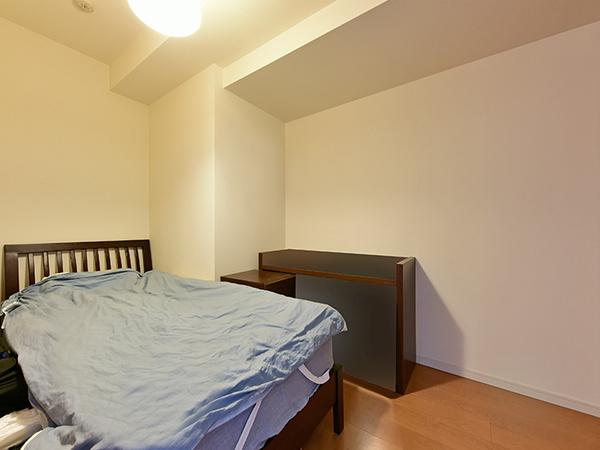 約4.7帖の洋室。落ち着いた空間となっており、書斎としてもおすすめです。