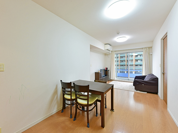 空気を汚さず、足元からやさしくお部屋全体を暖める電気式床暖房採用のリビングダイニング。