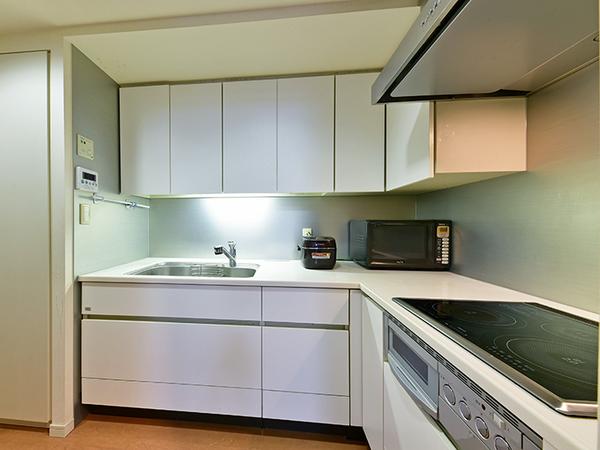 機能的なL字型独立キッチンは、作業効率の高い空間!パントリーなど収納豊富!