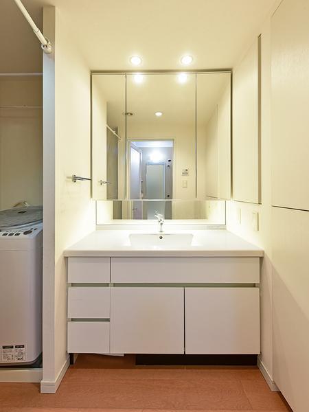 リネン庫や三面鏡裏収納があり、小物類もすっきり収納でき、いつでも気持ちよくお使い頂けます。