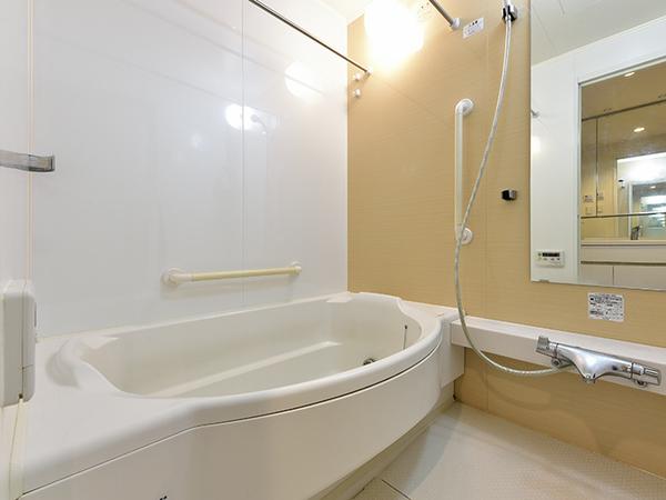 浴室換気乾燥機付フルオートバス。貝殻モチーフのシェルデザインの浴槽は半身浴も楽しめる腰掛スペース付。