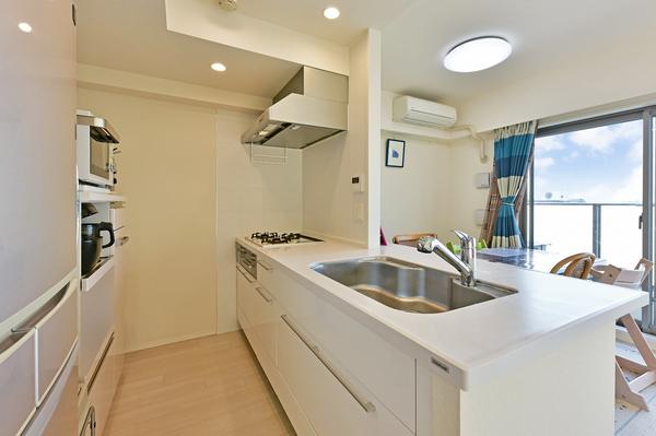 対面式キッチンになっており、家事をしながらリビングの様子が確認でき、家族との団欒も楽しめます。