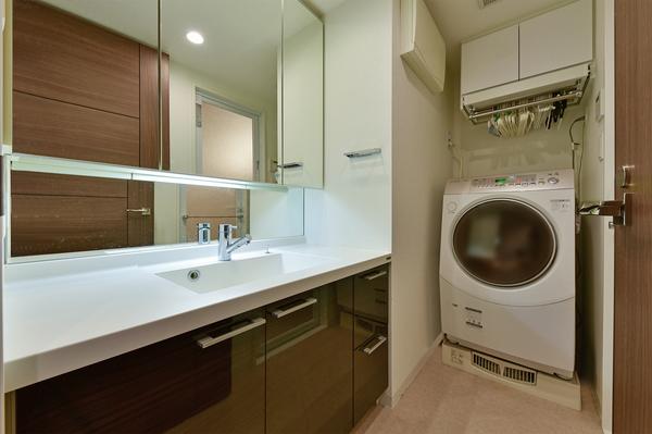 三面鏡裏は収納スペースになっており、スキンケア用品や小物などで散らかりやすい洗面台周りもすっきり!