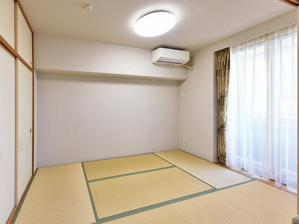 バルコニーに面しており明るく落ち着いた雰囲気の和室。リビングに隣り合っており、来客時にも便利です。
