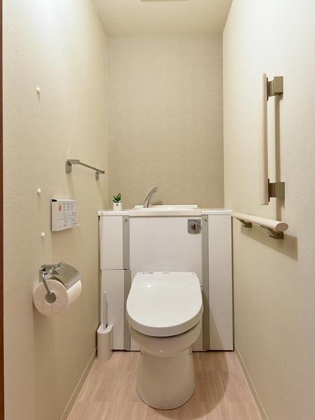 清潔に心地よくお使いいただける洗浄機能とウォーム機能付トイレです。防臭効果のある壁紙を採用!