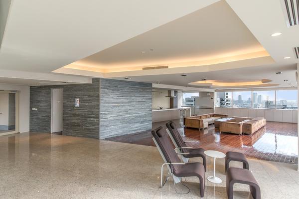 最上階24階の、パーティや集会スペースとして貸しきることもできるキッチン付の大広間です。