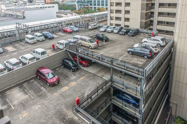 駐車場の入口に、リモコン操作で開閉できるシャッターゲートを設置。