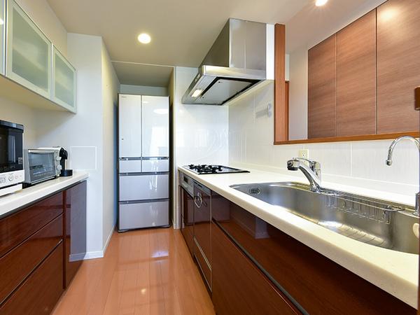 キッチンは浄水器・静音仕様シンク・ディスポーザー・大型レンジフードなど充実の設備・仕様!