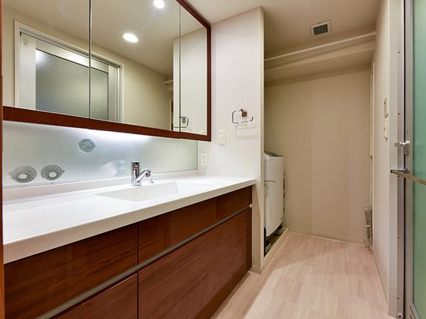 お手入れも簡単なボウルと天板一体型の人造大理石製洗面化粧台。三面鏡裏は収納になっております。