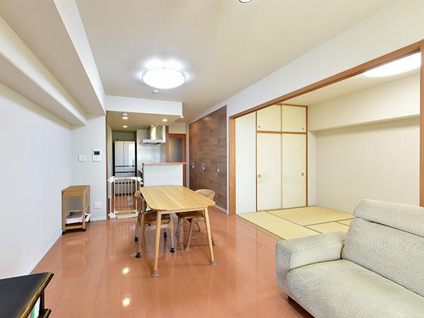 温水式床暖房採用で空気を汚さず、足元から優しくお部屋を暖めます。二重床・二重天井!