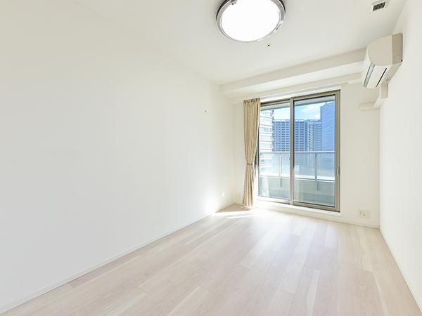約7帖の主寝室。バルコニーに面し、明るい室内です。