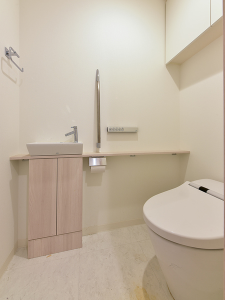 コンパクトな節水型タンクレストイレ。衛生的な独立型の手洗い器は洗練された上品なデザイン。