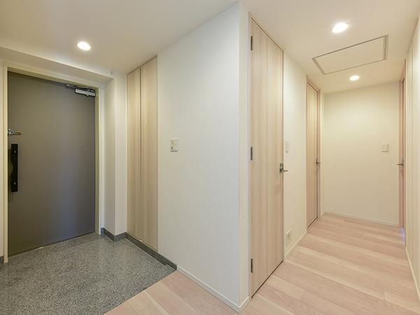 玄関には「押す・引く」の簡単な動作で操作できるプッシュプルハンドル採用。人感センサーライトつき。